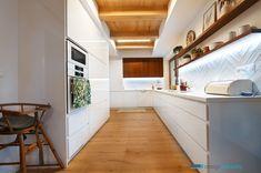 Kuchyňa je vyrobená z bielej lesklej laminovanej mdf. Celá kuchyňa ako aj zvyšný nábytok v dome je bez úchytiek. Biela kuchyňa oživená orechovou dýhou.  #jabrocky #whitekitchen #skandinavian #interiordesign Kitchen Cabinets, Stairs, Table, Kitchens, House, Furniture, Home Decor, Stairway, Decoration Home