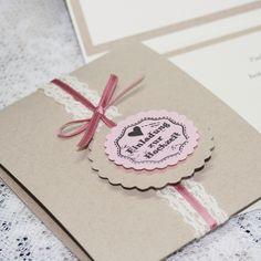 DIY: Banderole aus Eco-Papier mit selbstklebender Spitze, Schleife und Stanzlingen in Rosé-Tönen.    Hochzeitskarten basteln - DIY - Eco-Papier - Spitze - Rosé - Stempel - Stanzer - Banderole - Vintage   