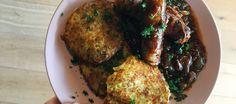 Bratwurst met uiensaus en rösti,tijdens de wintersport eet je het op de berg. Maak het nu ook thuis met mijn recept!