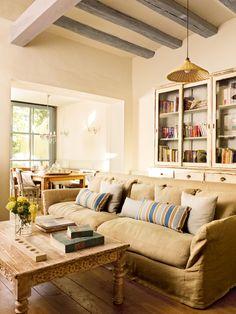 Salón con aparador con vitrina, sofá y mesa de centro (00323923)