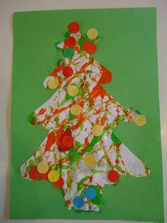 Kerstboom / Kerstkaart. Leg een wit vel in een doos. Doe daar een paar druppels verf op en voeg een kraal of knikker toe. beweeg de doos heen en weer. Er ontstaat een mooi kunstwerk. Teken na het drogen op de achterkant een kerstboom en knip hem uit. Laat op de voorzijde rondjes plakken.