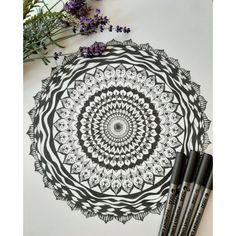Mandala blanco y negro. Mandalas personalizados por encargo. Mandalas tattoo y feng shui. Hand Fan, Feng Shui, Home Appliances, Black And White, Mandalas, Tutorials, Creativity, Artists, House Appliances