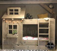 Dit unieke en super leuke bed is gemaakt van oud steigerhout, het bed heeft een bedlade en is dus geschikt voor 3 kids!