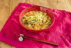 白菜と春雨のサンラータンのレシピ。 具材をポンポン鍋に入れて煮るだけなので手軽。酸味と辛味のスープで、千切りにした白菜がたくさん食べられます。