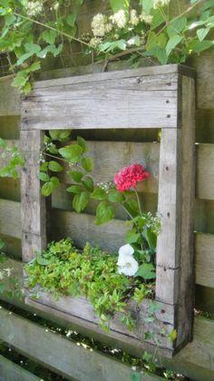 Leuke kastje van oude pallet met bloembakje. Om de schutting of tuinmuur op te vrolijken.