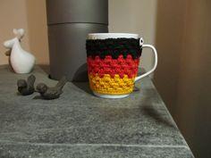 """Tasse mit Tassenwärmer """"Deutschland"""" von Schlaufen & Maschen auf DaWanda.com"""