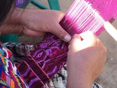 Mujer de Chuinimachicaj tejiendo faja con telar de cintura