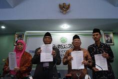 Ketua Umum Majelis Ulama Indonesia (MUI) KH Ma'ruf Amin bersama Ketua Komisi Fatwa Hasanuddin AF, Ketua Bidang Fatwa Khuzaenah T Yonggo dan Sekertaris Komisi Fatwa Asrorun Niam menunjukan draft tentang fatwa organisasi Gafatar di Jakarta, Rabu (3/2).
