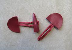 Bouton brandebourg rouge bordeaux en deux parties, cuir et bouton synthétique en forme de corne. : Boutons par douby-mercerie