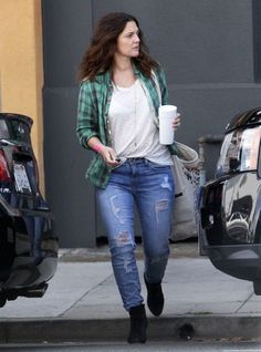 Drew Barrymore Ripped Jeans - Drew Barrymore let her inner-hippie shine with ripped jeans and a plaid shirt. Drew Barrymore Style, Barrymore Family, Beautiful Celebrities, Ripped Jeans, American Actress, Beauty Women, What To Wear, Cool Outfits, Bomber Jacket