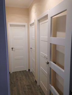 Pasillo con puertas lacadas en blanco 9400R Contemporary Interior Doors, Interior Door Styles, 5 Panel Doors, Door Design, House Design, Mobile Home Repair, Basement Doors, Hidden Rooms, White Doors