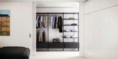 Garderob med både stängda och öppna högskåp | uno form