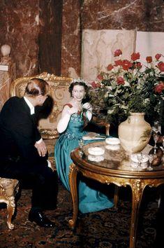 La reine Elizabeth II et le prince Philip bavardent en amoureux dans un coin tranquille, lors de la réception au musée du Louvre en l'honneur de S...