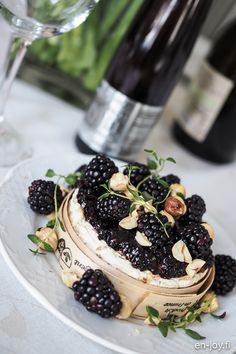 Tuhtia pikkusuolaista talvisellebrunssille ///  Poimi inspiraatiota sekä reseptit tuhdeista pikkusuolaisista koostetulle talvibrunssille! Mukana mm. merelliset blinivohvelit, yrttiset frittatapalat, metsämarjainen camembert sekä maistuva, makea ja rapea sipulipiirakka. Blackberry, Fruit, Food, The Fruit, Blackberries, Meals, Yemek, Berries, Eten