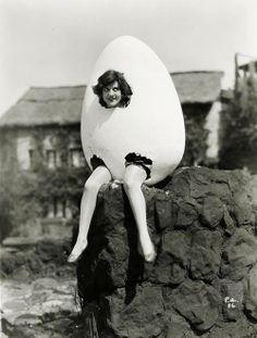 Incredibly bizarre vintage halloween costume: an egg woman! Halloween Fotos, Costume Halloween, Women Halloween, Retro Halloween, Girl Halloween, Halloween Night, Halloween Halloween, Old Pictures, Old Photos
