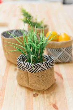 Reversible pot cache from fabric and burlap. Discover how to achieve it in 4 steps on our face. Diy Crafts To Sell, Diy Crafts For Kids, Home Decor Baskets, Creation Couture, Couture Sewing, Boho Diy, Diy Room Decor, Burlap, Fabric