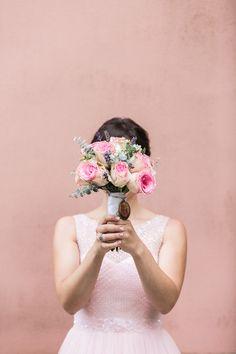 Pink roses & lavender bouquet by @maryme.eventos  Bouquet de Noiva de Rosas e alfazema por @maryme.eventos #maryme #maevoucasar #weddinplanner #destinationwedding