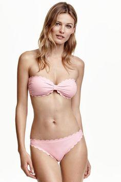 Bikinislip: Een bikinislip met een normale taille en lasergesneden schulprandjes. Volledig gevoerd.