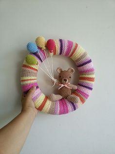 Guirlanda de Amigurumi +de 41 Ideias para você Fazer a sua! Crochet Wreath, Crochet Diy, Easter Crochet, Crochet Bunny, Crochet Home, Crochet Baby Toys, Crochet Dolls, Baby Boy Wreath, Baby Mobile