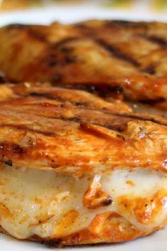 All you need àre chìcken breàst, cheese, ànd some condìments ànd you're reàdy for à tàsty ànd flàvorful grìlled dìsh. Easy Family Meals, Family Recipes, Easy Meals, Best Dinner Recipes Ever, Quick Dinner Recipes, Buffalo Chicken Recipes, Fried Chicken Recipes, Delicious Dinner Recipes, Recipes From Heaven