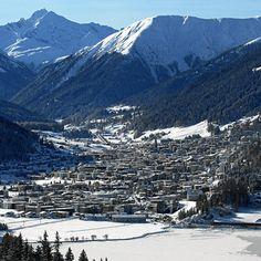 Davos est connue pour accueillir chaque année le Forum économique mondial (World Economic Forum, WEF), réunion des dirigeants de la planète et des élites économiques. La ville est aussi connue en tant que station de sports d'hiver, et organise des événements tels que la Coupe Spengler en hockey sur glace, à laquelle l'équipe locale, le HC Davos participe  Facebook Typique Suisse