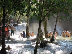 piscinas naturaisDe óbvio interesse turístico, as cascatas de Tat Kuang são uma das maravilhas da natureza que esconde Laos entre suas fronteiras. Rodeada de frondosos bosques, esses lagos são um lugar ideal para tomar um banho no caloroso interior do paraíso asiático. E claro, para maior conforto tente evitar os horários nos quais, literalmente, está cheio de estrangeiros em busca de fotos.