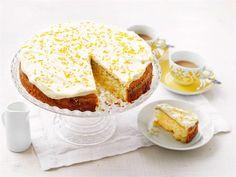 Pirteän sitruunainen pääsiäiskakku on keväisten juhlapöytien herkku. Mehevän kakun kruunaa appelsiini-tuorejuustokuorrutus. Vanilla Cake, Camembert Cheese, French Toast, Food And Drink, Pie, Pudding, Cupcakes, Baking, Breakfast