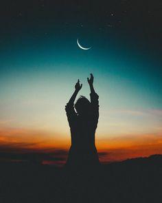 """Yazacak çok söz varda, Ne gerek var şimdi yazmaya.. Herkes bildiğini okuyor nasıl olsa Kimseden hiçbir beklentim yok Dünya bile iki yüzlü, Biri """"Yer yüzü"""" diğeri """"Gök yüzü."""""""