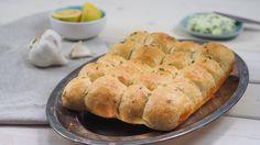 Trhací cesnakový chlebík chutí vynikajúco, hriech nevyskúšať. Pripraviť ho hravo zvládne aj začiatočník. Hot Dog Buns, Dairy, Bread, Cheese, Pizza, Food, Basket, Brot, Essen