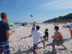 Obozy tenisowe LEKTORA organizowane są między innymi nad morzem. Na uczestników czeka piaszczysta plaża oraz wiele kąpieli w naszym polskim morzu.