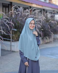 Image may contain: one or more people, people standing, outdoor and closeup Hijabi Girl, Girl Hijab, Hijab Outfit, Muslim Girls, Muslim Women, Moslem Fashion, Simple Hijab, Hijab Fashion Inspiration, Hijab Chic