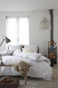 sometimes white beds are so simple and magical in home deco! Dream Bedroom, Home Bedroom, Master Bedroom, Bedroom Decor, Warm Bedroom, Light Bedroom, Trendy Bedroom, White Bedding, Beautiful Bedrooms