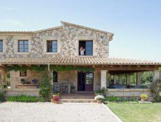 La fachada y el porche. El gran porche recorre parte de la fachada. Con la llegada del buen tiempo, se convierte en una extensión natural del interior de la vivienda.