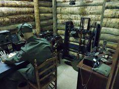 Museo División Azul - Al fondo, teléfonos de campaña.