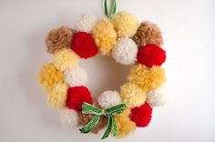 Free pattern to make a Christmas wreath with pompoms. It& the perfect Christmas touch. You can finish it in one afternoon. What colors would you use? Diy Craft Projects, Projects For Kids, Crafts For Kids, Diy Crafts, Christmas Wreaths To Make, Noel Christmas, Xmas, Easy Knitting Patterns, Knitting Charts