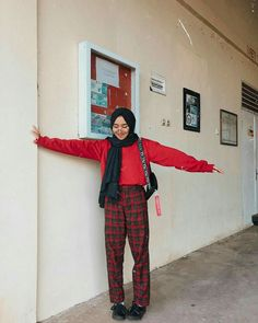9 Right Tricks Combining Plaid Motif Pants To Be Even More Sweet. Hijab Casual, Ootd Hijab, Hijab Chic, Modern Hijab Fashion, Street Hijab Fashion, Muslim Fashion, Ootd Fashion, Fashion Outfits, Korean Fashion