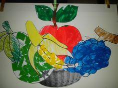 Fruitmand knutselen! We werkten elke 2 dagen een stuk fruit uit. Appel: schilderen met penseel Peer: blaadje en steeltje kleuren, scheuren en kleven voor de peer zelf Druiven: stempelen met de vingers en verf Banaan: de schil bekleven met propjes crêpepapier, de banaan stempelen met wattenstaafjes. Alles werd in een fruitmand gekleefd op een stevig karton!