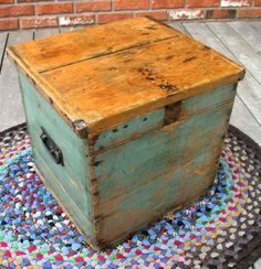 Egg box with great original blue paint | collectivator.com