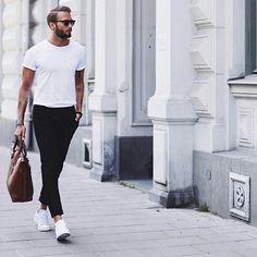Empecemos la semana con un look simple. ¡Menos es más! La básica camiseta blanca siempre funcionará para cualquier outfit.