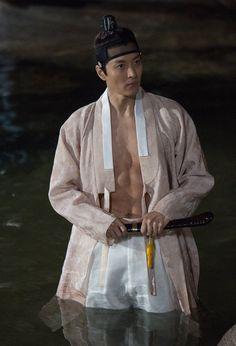 [BY KBS드라마] 끝 모르는 #왕므파탈 한번 빠지면 답도 없다는 <7일의 왕비>이동건이 장안의 화제 라고요... Korean Male Models, Korean Men, Korean Actors, Korean Traditional, Traditional Fashion, Traditional Outfits, Queen For Seven Days, L5r, Korean Dress