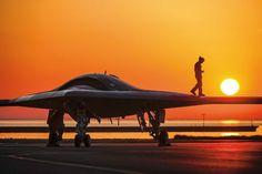 """De XB-47 van Northrop Grumman wordt getest door de Amerikaanse marine en is ontworpen om vanaf een vliegdekschip op te stijgen, twee ton aan wapens af te werpen en weer te landen - zonder een piloot op afstand. Autonome UAV's met vooraf vastgestelde missies besparen piloten """"saai, smerig en gevaarlijk"""" werk en kunnen oorlogsvoering tot routine maken."""