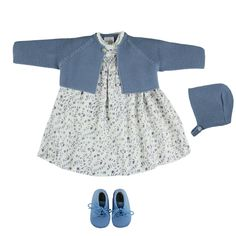 Manuela dress look. Thick knit cardigan and baby bonnet in medium blue. Blue baby boots. Made in Spain by m&h