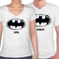 İsminize özel batman tişörtleri... En sevdiği çizgi roman kahramanı Batman olan sevgililer müjde! Artık üzerinde isminizin yer aldığı takım tişörtleriniz olabilecek. Batman Sevgili Tişörtleri lisanslı olup sipariş verdiğinizde 2li olarak gönderilecektir. http://www.buldumbuldum.com/hediye/batman-sevgili-tisortleri-beyaz-v-yaka-isme-ozel/