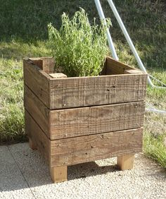 Pallet flower box More - Alles über den Garten Wood Pallet Planters, Wood Planter Box, Diy Planters, Wood Pallets, Planter Ideas, Outdoor Planter Boxes, Square Planter Boxes, Pallet Fence, Pallet Wood