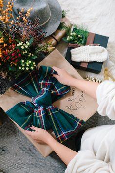 Christmas present wrapping idea Tartan Christmas, Christmas Mood, Merry Little Christmas, Plaid Christmas, Christmas And New Year, All Things Christmas, Christmas Gifts, Christmas 2019, Navidad Diy