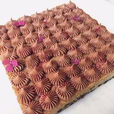 På mit studie spiser vi efterhånden sådan temmelig meget kage, og det kan manjo ikke klage over. Jeg har nu nok egentlig selv været med til at indføre det, men det er kun hyggeligt at flere fra holdet nu har kage med. Julen bliver bare lige en (stor) anelse bedre med en masse godter, kager …