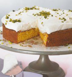 Auf den saftigen Kuchen mit Möhren, Mandeln und Limette gibt's eine luftig-süße Cremehaube aus Sahne, Quark und Pistazien.