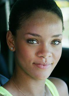 Beyonce Knowles No Make Up Rihanna No Makeup No Wig What - Pixfamous Rihanna Makeup, Rihanna Riri, Rihanna Style, Rihanna Fashion, Young Rihanna, Celebs Without Makeup, Sparse Eyebrows, Rihanna Looks, Ear Piercings