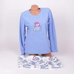 Поларена дамска пижама, топла, мека и удобна, с горна част в тъмносин цвят и панталон с бяла основа. Блузата е с дълги ръкави и обло деколте, в средата отпред има сладка картинка на снежен човек с шапка, седнал в чаша за кафе, и снежинки в златисто. Панталонът е дълъг, с връзка и ластик на талията,