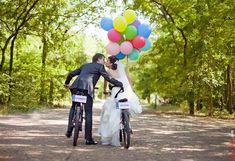 Романтичная свадьба на велосипедах в парке с яркими шарами.Большие шары-отличная идея!|Big balloon wedding photo ideas.